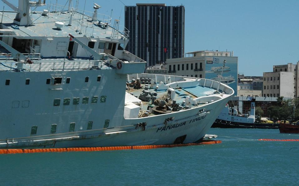 Το «Παναγία Τήνου» ήταν το τελευταίο από τα «κουφάρια» μέσα στο λιμάνι του Πειραιά και βρισκόταν στο σημείο όπου πήρε την επικίνδυνη κλίση επί ενάμιση χρόνο, περιμένοντας την τύχη του.