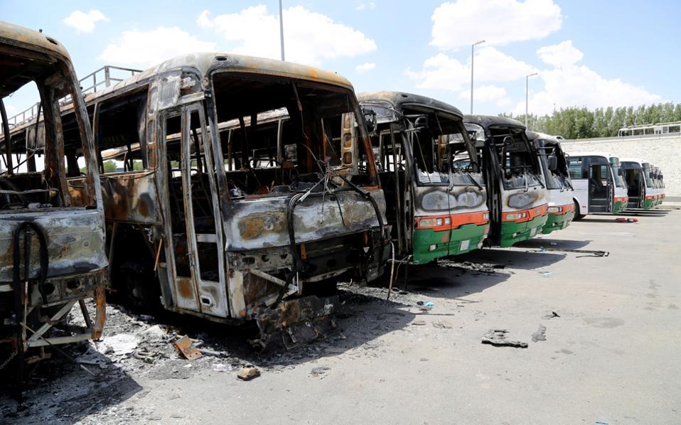 Λεωφορεία της κατασκευαστικής εταιρείας Μπινλάντιν μετά την πυρπόλησή τους από εξοργισμένους εργάτες στη Μέκκα της Σαουδικής Αραβίας.