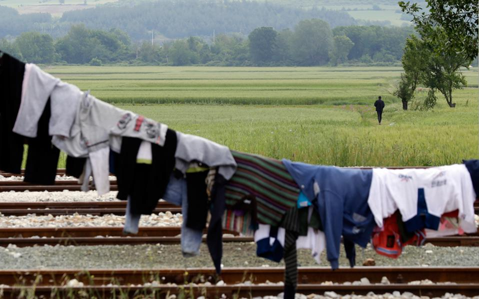 Η σιδηροδρομική γραμμή στην Ειδομένη που συνδέει την Ελλάδα με την Ευρώπη εξακολουθεί να παραμένει αποκλεισμένη από τις 18 Μαρτίου, προκαλώντας σοβαρό πλήγμα στην οικονομία.
