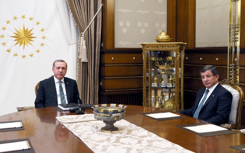Τη σοβαρότερη δοκιμασία στα 14 χρόνια κυριαρχίας του αντιμετωπίζει το Κόμμα Δικαιοσύνης και Ανάπτυξης (ΑΚΡ), λόγω της ανοιχτής ρήξης μεταξύ του προέδρου Ερντογάν και του πρωθυπουργού Νταβούτογλου. Οι δύο άνδρες είχαν χθες έκτακτη συνάντηση, εν μέσω φημών ότι ο Τούρκος πρωθυπουργός ήταν έτοιμος να παραιτηθεί.
