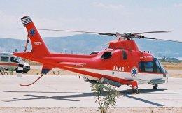 Το ΕΚΑΒ δεν διαθέτει δικά του μέσα. Ακόμα και τα ελικόπτερα Α109 της Αugusta, όπως αυτό της φωτογραφίας, που είχε αγοράσει το υπουργείο Υγείας το 1999 και μετά τα δυστυχήματα του 2001, 2002 και 2003 είχαν «περάσει» στην Πολεμική Αεροπορία, χρήζουν επισκευής και δεν πετούν πλέον. Ετσι, όλη τη «δουλειά» κάνουν τα ιπτάμενα μέσα της Πολεμικής Αεροπορίας, συνεπικουρούμενα από ελικόπτερα του Στρατού Ξηράς και του Ναυτικού. Εσχάτως, αεροδιακομιδές κάνουν και τα ελικόπτερα της Πυροσβεστικής. Ωστόσο, ξεκινάει η αντιπυρική περίοδος...