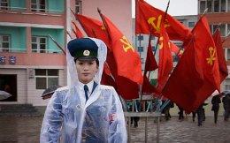 Μια τροχονόμος στη Βόρειο Κορέα ρυθμίζει την κίνηση των οχημάτων σε διασταύρωση στους δρόμους της Πιονγιάνγκ, ενώ το πεζοδρόμιο πίσω της είναι στολισμένο με τις κατακόκκινες σημαίες του κυβερνώντος κόμματος. Το πρώτο συνέδριο του Εργατικού Κόμματος της Λαϊκής Δημοκρατίας της Κορέας, των τελευταίων 36 ετών, εγκαινιάζει σήμερα τις εργασίες του στην πρωτεύουσα της Βορείου Κορέας, Πιονγιάνγκ, με το απομονωμένο σταλινικό καθεστώς να έχει απαγορεύσει κάθε ιδιωτική τελετή, όπως τους γάμους και τις κηδείες, αλλά και τις μετακινήσεις από και προς την πόλη.