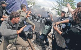 Ανδρες της ΕΛ.ΑΣ. απωθούν από τον φράχτη της ΠΓΔΜ ομάδα προσφύγων και μεταναστών που διαμαρτύρονταν φωνάζοντας συνθήματα για το άνοιγμα των συνόρων.