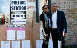 Ο Σαντίκ Καν, υποψήφιος των Εργατικών για τη δημαρχία του Λονδίνου, μαζί με τη σύζυγό του Σααντίγια έξω από εκλογικό κέντρο.