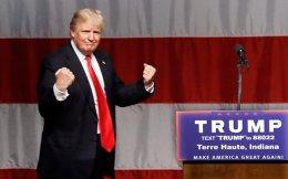 Ο υποψήφιος Ντόναλντ Τραμπ παρασύρεται από τους ρυθμούς του τραγουδιού που αντηχεί από τα μεγάφωνα στην Τερ Οτ της Ιντιάνα, της πολιτείας που του χάρισε τελικά το χρίσμα.