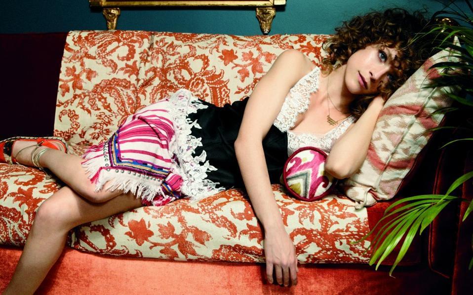 Μεταξωτό σατέν τοπ CÉLINE και φούστα με έθνικ λεπτομέρειες ISABEL MARANT, όλα Luisa World. Κοσμήματα LITO.