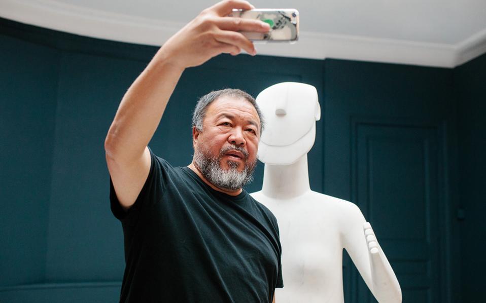 Σέλφι του Κινέζου εικαστικού Αϊ Ουέι Ουέι μπροστά από το γλυπτό που φιλοτέχνησε ειδικά για την έκθεσή του στο Μουσείο Κυκλαδικής Τέχνης.
