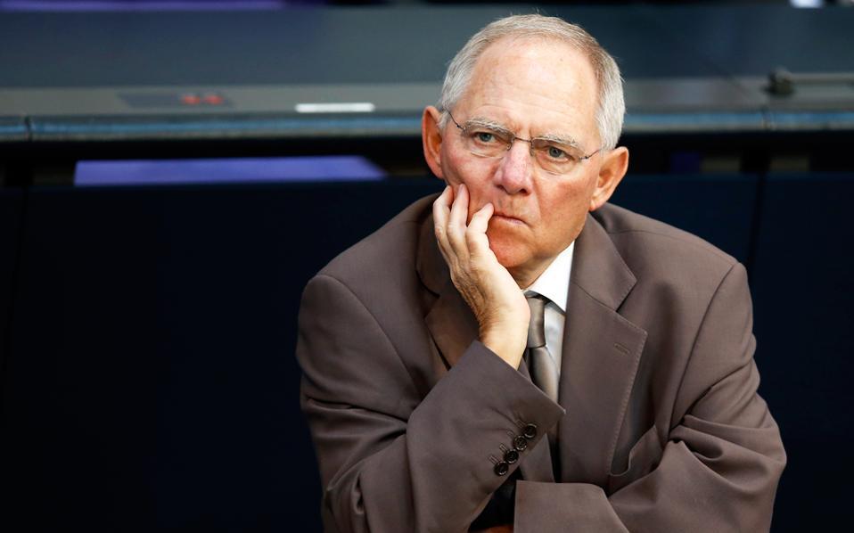 Από τη μία το Βερολίνο θεωρεί τη συμμετοχή του ΔΝΤ απαραίτητη και από την άλλη η γερμανική θέση σε ό,τι αφορά το χρέος παραμένει γνωστή, δηλαδή ότι δεν χρειάζεται ελάφρυνση χρέους η χώρα αυτή τη στιγμή. Στη φωτογραφία, ο Γερμανός υπουργός Οικονομικών Β. Σόιμπλε.
