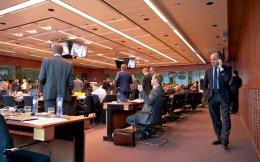 Tο «πραγματικό» Eurogroup εξελίχθηκε σε διπλανή αίθουσα όπου βρίσκονταν οι «γνωστοί άγνωστοι», δηλαδή ο υπουργός Οικονομικών της Γερμανίας, Β. Σόιμπλε, ο πρόεδρος του Eurogroup, Γ. Ντάισελμπλουμ και  `ο επικεφαλής του ευρωπαϊκού τμήματος του ΔΝΤ, Π. Τόμσεν. Στην αίθουσα της συνεδρίασης οι υπόλοιποι υπουργοί Οικονομικών περίμεναν επί τέσσερις ώρες, με αποτέλεσμα να επικρατήσει εκνευρισμός.