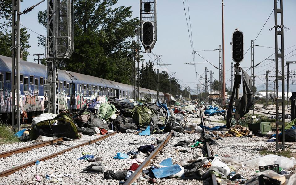 Οι τελευταίοι «καταληψίες» στις ράγες του τρένου, σκηνές και κουβέρτες που άφησαν πίσω οι μετανάστες.