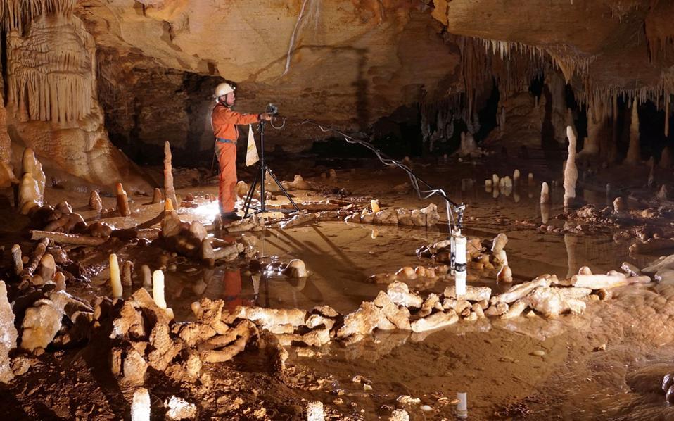 Στο εσωτερικό του σπηλαίου Μπρουνικέλ, στη Νοτιοδυτική Γαλλία, βρέθηκαν οι παράξενοι λίθινοι δακτύλιοι. Οι επιστήμονες δεν γνωρίζουν ποια ήταν η χρησιμότητά τους, αλλά είναι βέβαιοι ότι δεν κατασκευάστηκαν τυχαία.