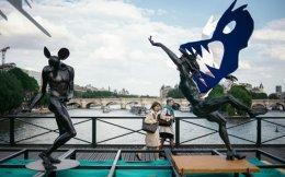Τα γλυπτά του Ντανιέλ Ουρντέ κοσμούν τη Γέφυρα των Τεχνών, απ' όπου αφαιρέθηκαν τα εκατοντάδες χιλιάδες «λουκέτα της αγάπης», τόσο για λόγους ασφαλείας όσο και αισθητικής.