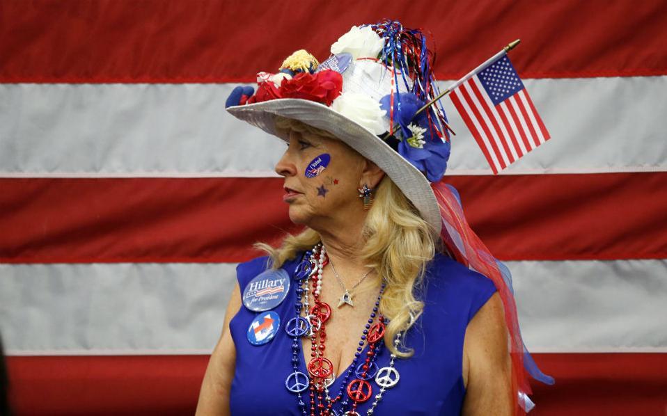 Απόδειξη. Δεν είναι όλες οι ξανθιές κάποιας ηλικίας Αμερικανίδες υποστηρίκτριες του Donald Trump. Απόδειξη αποτελεί η εικονιζόμενη κυρία που στηρίζει φανατικά την Hillary Clinton.  Η φωτογραφία είναι από εκδήλωση της υποψηφίας σε πανεπιστήμιο της Καλιφόρνιας.  REUTERS/Lucy Nicholson