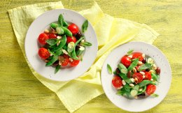 65140513_06859_salates_me-fasolakia-tomatinia--elies
