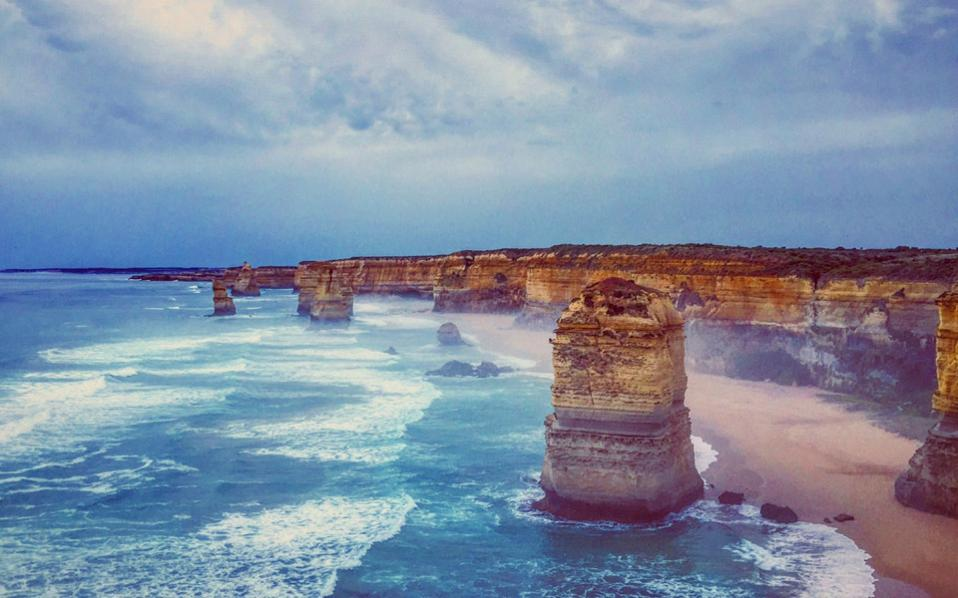 Οι «12 Apostles», ένα μαγευτικό συνονθύλευμα βράχων στην ακτή της Βικτόρια στην Αυστραλία, που μοιάζουν να πετάγονται από τη γη.