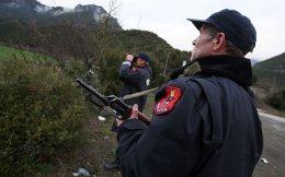 Αλβανοί αστυνομικοί περιπολούν κοντά στην πόλη Πρεμετή. Την περασμένη Τρίτη, 16 Σύροι που διέμεναν στην Ειδομένη εντοπίστηκαν κοντά στο αλβανικό χωριό Καπσίτσε.