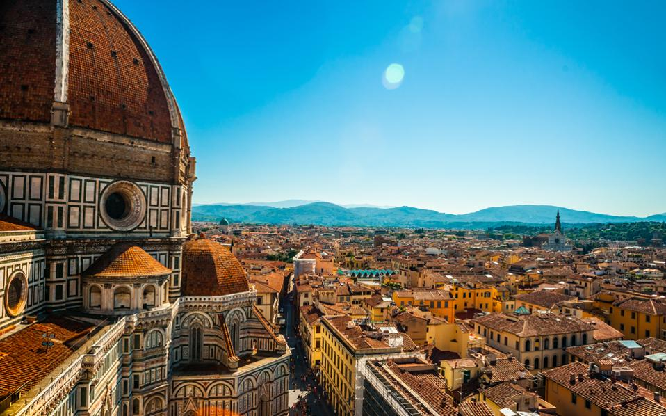 O καθεδρικός ναός της Φλωρεντίας, η Santa Maria del Fiore, με τον εμβληματικό τρούλο δεσπόζει στο ιστορικό κέντρο της πόλης. (Φωτογραφία: Shutterstock)