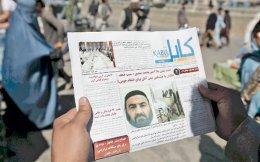 Αφγανός πολίτης διαβάζει στην εφημερίδα τα νέα για τον θάνατο του ηγέτη των Ταλιμπάν μουλά Μανσούρ, στην πρωτεύουσα Καμπούλ. Τη θέση του κατέλαβε ο μέχρι χθες υπαρχηγός του, Χαϊμπατουλάχ Αχουντζάντα.