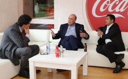 «Οι άνθρωποι στην Ελλάδα είναι πολύ ευρηματικοί, έχουν υψηλό επίπεδο εκπαίδευσης και συνεισφέρουν σε ό,τι κάνουν οι κοινότητές τους, η χώρα τους και ο κόσμος», τονίζει στην «Κ» ο επικεφαλής της The Coca-Cola Company κ. Μ. Κεντ (στο κέντρο). Δεξιά, ο πρόεδρος της Coca-Cola Κεντρικής και Νότιας Ευρώπης –που αντιπροσωπεύει 23 χώρες και εδρεύει στην Αθήνα– κ. Ν. Κουμέτης και, αριστερά, ο διευθυντής της «Κ» κ. Αλ. Παπαχελάς.
