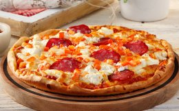 pizza_ntomata-ksinotyri-kai-salami