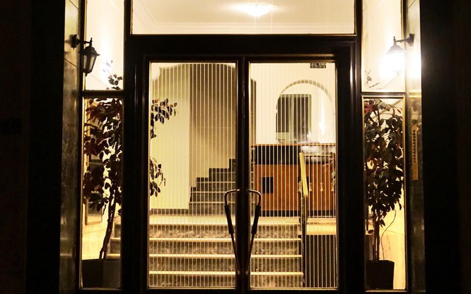 Είσοδος πολυκατοικίας στην οδό Πτολεμαίων στο Παγκράτι.