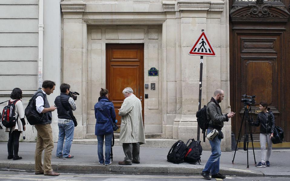 Πλήθος δημοσιογράφων έξω από τα γραφεία του αμερικανικού κολοσσού στο Παρίσι.