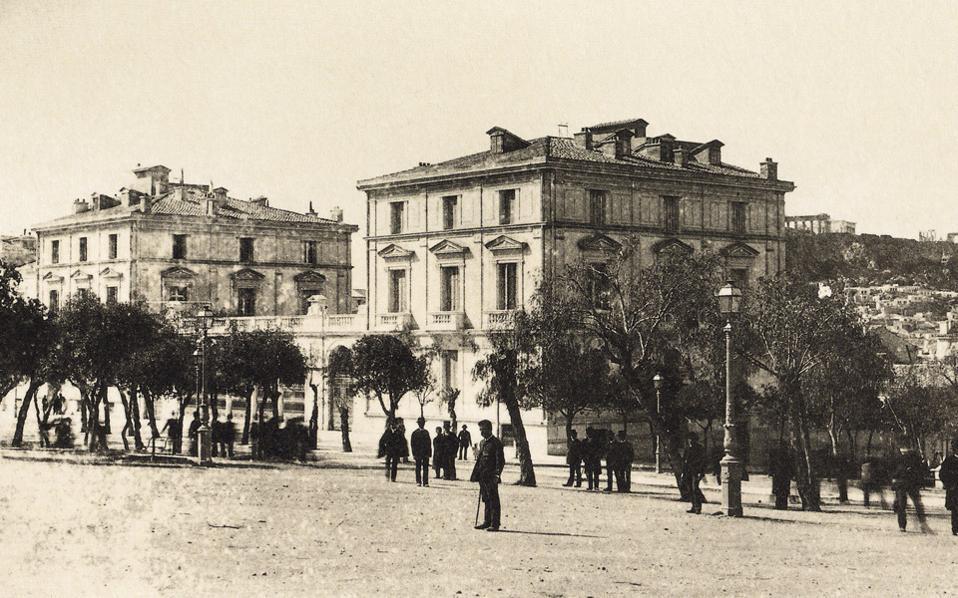 To Mέγαρο Νεγρεπόντη, έργο του αρχιτέκτονος Ευγένιου Τρουμπ, στη συμβολή των οδών Αμαλίας και Οθωνος στο Σύνταγμα, το 1880. Ανοικοδομήθηκε το 1859. (Μάργαρης - Κωνσταντίνου)