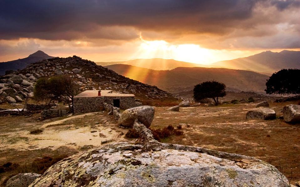 Τέτοιες μαγικές εικόνες αντικρίζει κανείς στη διαδρομή προς τον Βώλακα, ένα πολύ ιδιαίτερο χωριό, που βρίσκεται κοντά στον Φαλατάδο, τον Κουμάρο και τον Σκαλάδο.
