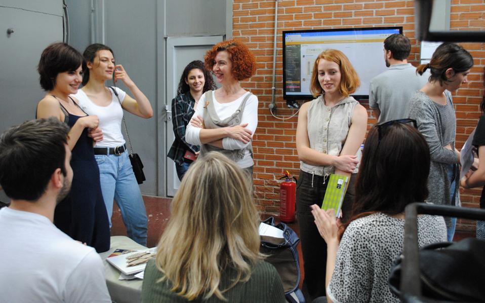 Οι φοιτητές-ερευνητές και η καθηγήτριά τους, Ανδρομάχη Γκαζή, συζητούν για τα αποτελέσματα της έκθεσης, της οποίας τον σχεδιασμό και την επιμέλεια είχαν αναλάβει. «Οι φοιτητές απέκτησαν πραγματικά εφόδια μέσω της έρευνας», λέει η κ. Γκαζή (στο κέντρο).