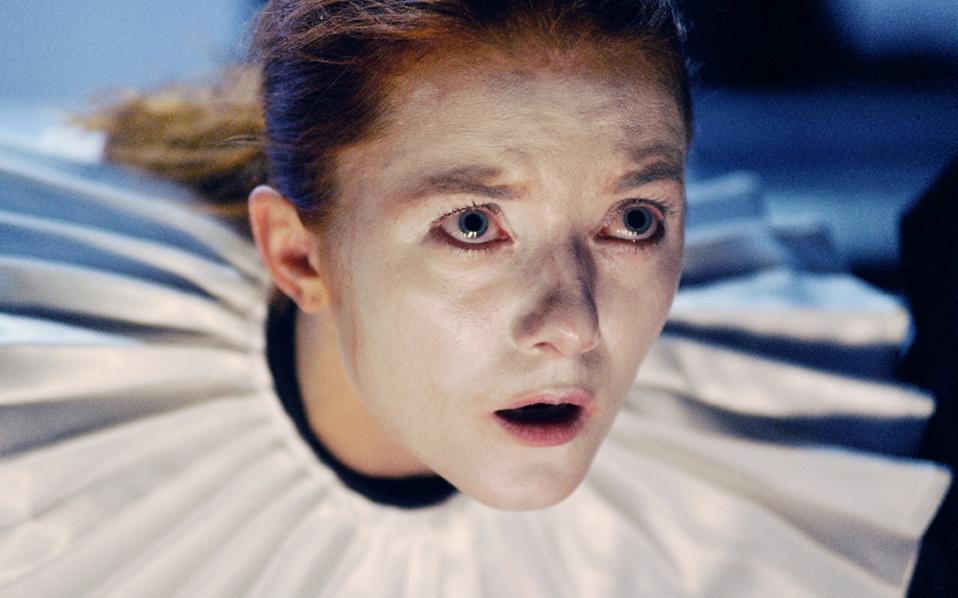 Η δράση στον «Αμλετ» μεταφέρεται στα καμαρίνια των ηθοποιών.
