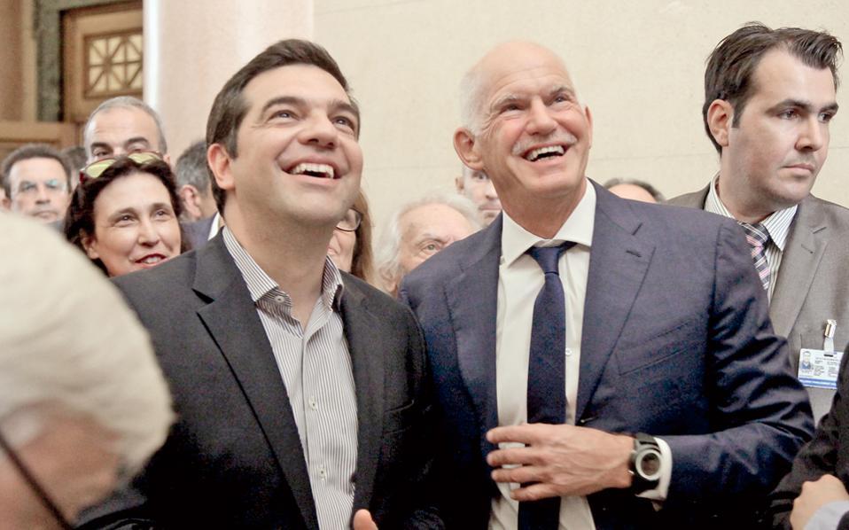 Τα δύο από τα πέντε παιδιά του Ανδρέα, που ακολούθησαν (ανεπιτυχώς) το επάγγελμα του πατέρα τους. Από τα χθεσινά εγκαίνια της έκθεσης φωτογραφιών του Ιδρύματος της Βουλής των Ελλήνων, με αφορμή την επέτειο του θανάτου του ιδρυτή του ΠΑΣΟΚ.