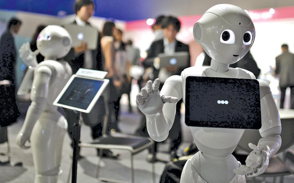 Το ανθρωποειδές ρομπότ Πέπερ, που παρουσιάστηκε στο Τόκιο τον Ιανουάριο, είναι ικανό να συνδιαλέγεται με πελάτες αλλά και να τους εξυπηρετεί σε καταστήματα.