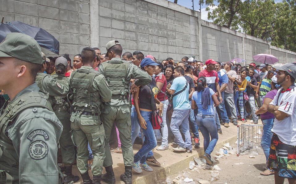 Σε όσα καταστήματα δεν έχουν λεηλατηθεί, οι ουρές και η πολύωρη αναμονή, υπό την έντονη παρουσία του στρατού, είναι πλέον καθημερινότητα στο Καράκας.