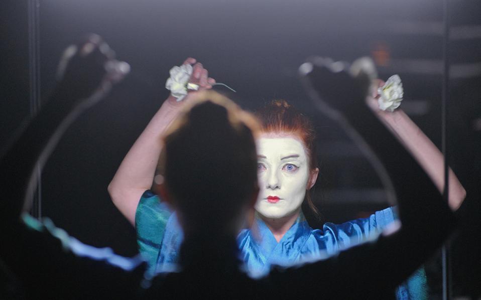 Οι ηθοποιοί κάθονταν μπροστά σε καθρέφτες θεατρικών καμαρινιών.