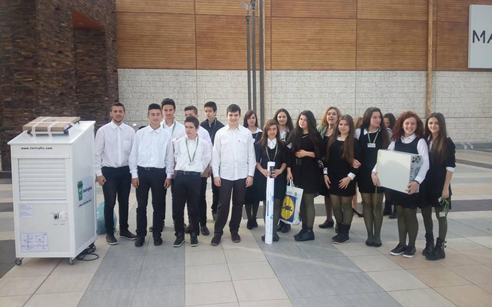 Οι μαθητές Γυμνασίου των Αλωνίων Πιερίας και ο «έξυπνος» κάδος ανακύκλωσης που τους χάρισε το πρώτο βραβείο για την «Καλύτερη Μαθητική Εικονική Επιχείρηση 2016» του «Σωματείου Επιχειρηματικότητας Νέων/Junior Achievement Greece». Η επιχείρησή τους κατασκευάζει κάδους που ανοίγουν αυτόματα με κάρτα. Τα ανακυκλώσιμα υλικά ζυγίζονται αυτόματα και μέσω Wi-Fi πιστώνονται μονάδες στην κάρτα, οι οποίες εξασφαλίζουν στον χρήστη της έκπτωση στα δημοτικά τέλη, εκπτωτικά κουπόνια αγορών από συνεργαζόμενους φορείς κ.ά. Σελ. 16