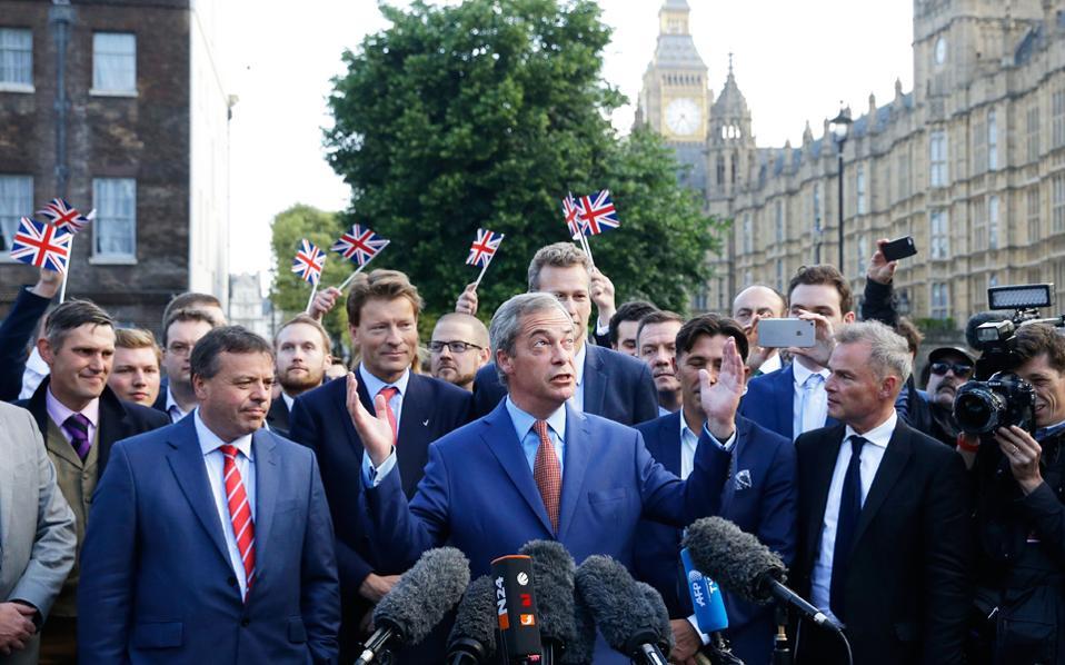 Η ανοικτά ρατσιστική εκστρατεία του Νάιτζελ Φάρατζ οδήγησε σε ξενοφοβική ερμηνεία του σλόγκαν «Vote Leave», με υποκείμενο της αποχώρησης όχι τη Βρετανία αλλά τους ξένους που ζουν εκεί.