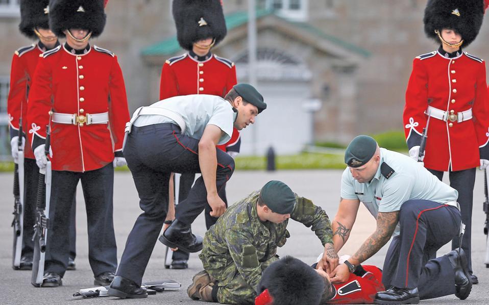 Οχι δεν είναι Βρετανοί. Αν ήταν, οι στολές θα εφάρμοζαν σωστά, τα καπέλα από γούνα αρκούδας θα στέκονταν σωστά και οι χοντροί δεν θα είχαν θέση στην πρώτη σειρά. Είναι, όμως, Καναδοί, οι οποίοι για ιστορικούς λόγους μιμούνται σε ορισμένα τους Βρετανούς. Ηθικόν δίδαγμα: δεν είναι εύκολο να μιμηθείς τους Βρετανούς. Τουλάχιστον ο οριζοντιωμένος το έχει καταλάβει...