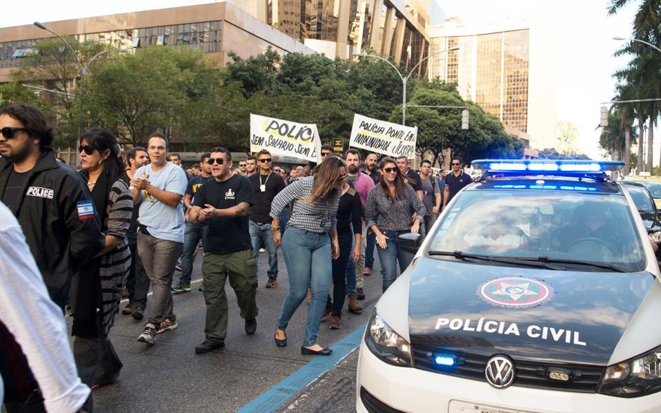Αξιωματούχοι της πολιτικής αστυνομίας του Ρίο διαδηλώνουν κατά των περικοπών και των καθυστερήσεων στην καταβολή των μισθών τους.