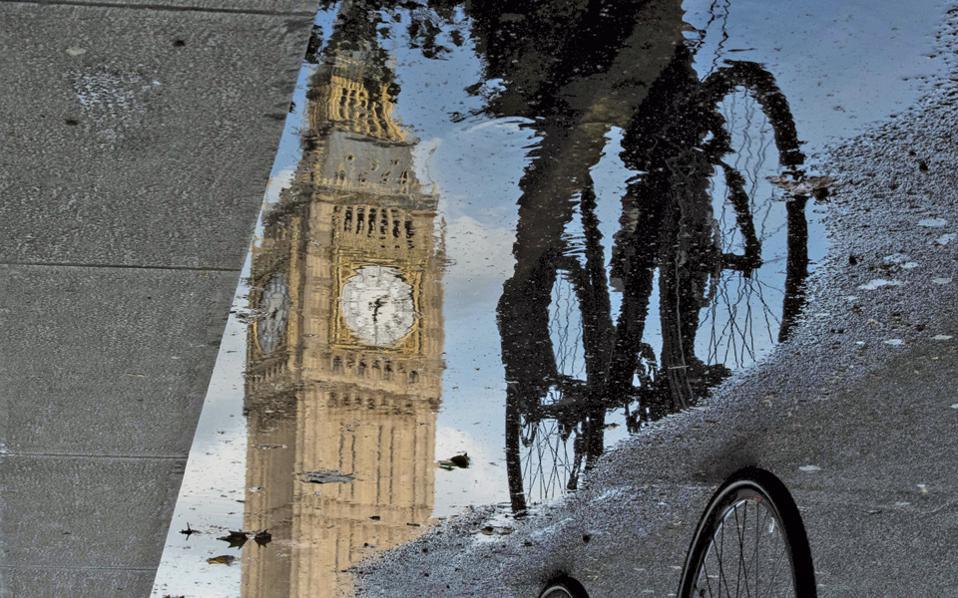 Οχι, δεν αλλάζει τόσο δραστικά η Βρετανία. Είναι μόνο μια αντανάκλαση στα νερά του δρόμου.