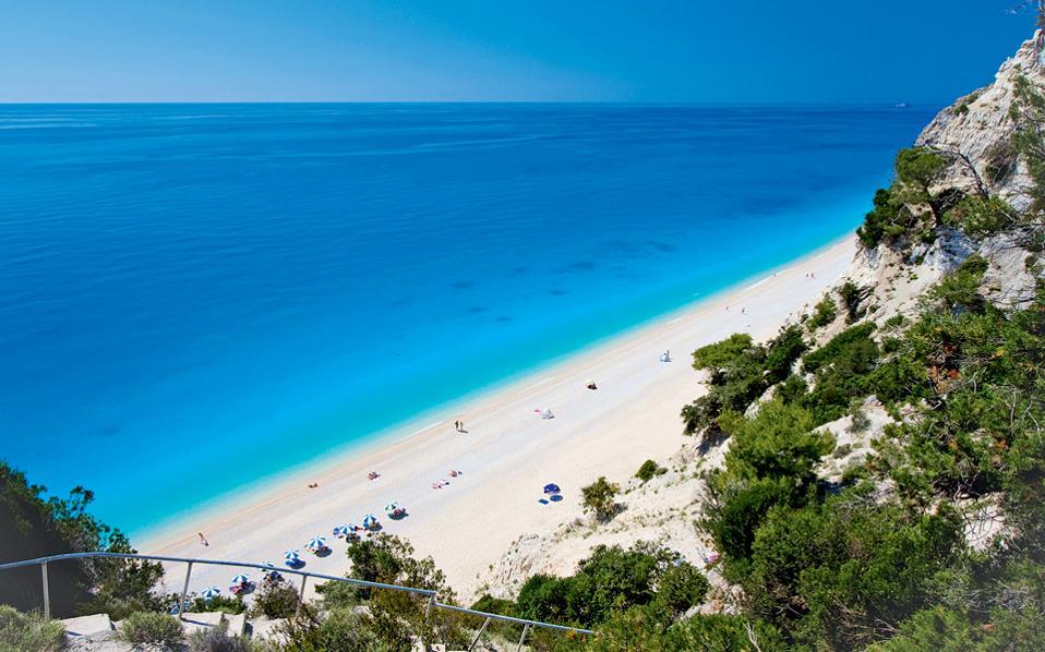 Το εντυπωσιακό τοπίο με την άμμο και τα γαλαζοπράσινα νερά στο Πόρτο Κατσίκι. (Φωτογραφία: ΟΛΓΑ ΧΑΡΑΜΗ)