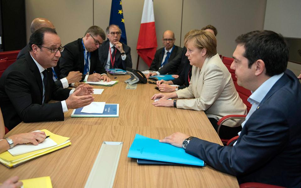 Ο κ. Τσίπρας μετά το υπουργικό συμβούλιο επικοινωνεί τηλεφωνικά με την κ. Μέρκελ και τον Φρανσουά Ολάντ (τον δεύτερο τον εντοπίζουν οι άνθρωποί του στην εξοχική κατοικία της γαλλικής προεδρίας στις Βερσαλλίες). Παρότι στη συνάντηση που είχαν μαζί του, το ίδιο πρωινό στις Βρυξέλλες στο περιθώριο της Συνόδου, δεν τους ανέφερε κάτι, η απόφαση για δημοψήφισμα δεν εκπλήσσει κανέναν από τους δύο ηγέτες.