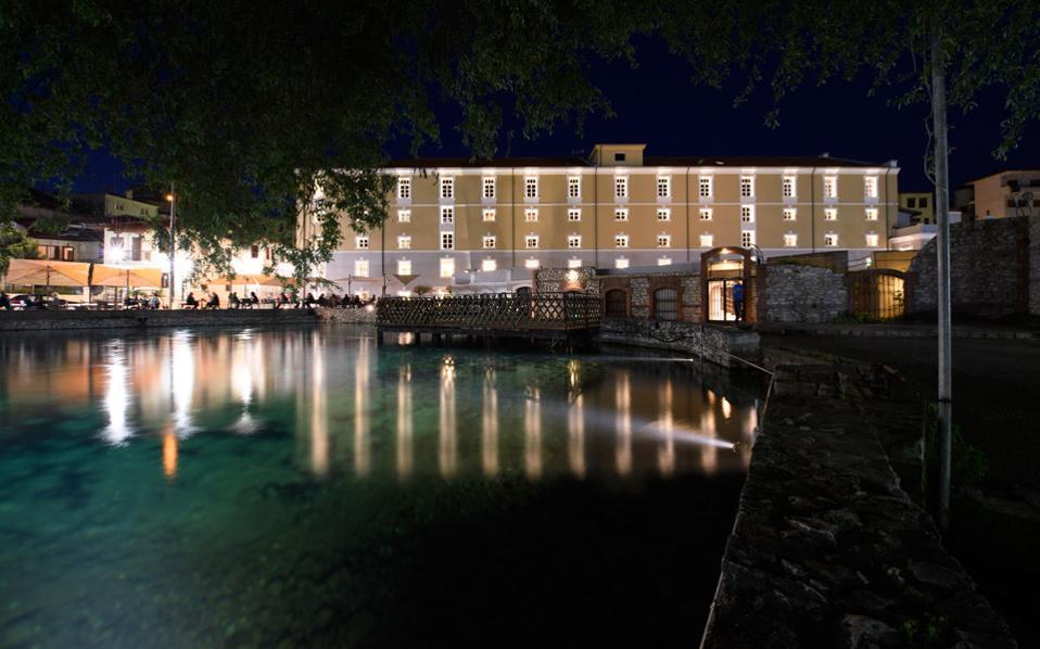 Το Hydrama Grand Hotel βρίσκεται στο πιο όμορφο σημείο της Δράμας, τις πηγές της Αγίας Βαρβάρας, και πήρε το όνομά του από την αρχαία ονομασία της πόλης, που οφείλεται στα πολλά νερά.