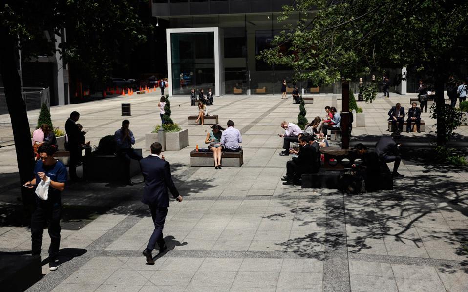 Παρασκευή στο Λονδίνο. Η καθημερινότητα των Βρετανών ήταν η συνήθης, όμως οι ξένοι εργαζόμενοι –μεταξύ των οποίων και οι Ελληνες– ζούσαν την αβεβαιότητα της επόμενης ημέρας.