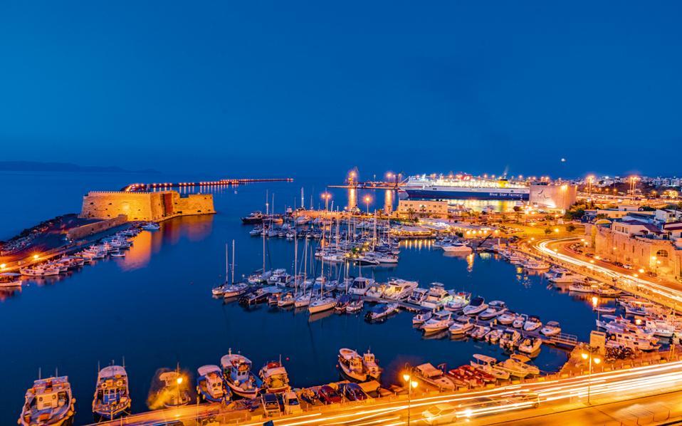 Το ενετικό λιμάνι, ο Κούλες και ο φωτισμένος λιμενοβραχίονας, η αγαπημένη βόλτα των ντόπιων. (Φωτογραφία: ΠΕΡΙΚΛΗΣ ΜΕΡΑΚΟΣ)