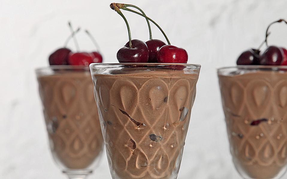 Σοκολατένιο γιαούρτι με κεράσια