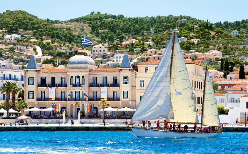 Το γεγονός ότι οι στίβοι βρίσκονται στον στενό θαλάσσιο διάπλου μεταξύ Πελοποννήσου και Σπετσών επιτρέπει την παρακολούθηση του αγώνα από τη στεριά.