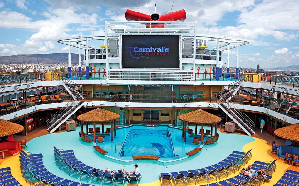 Το κεντρικό κατάστρωμα του «Carnival Vista», με πισίνα, ξαπλώστρες και υπαίθριο κινηματογράφο! (Φωτογραφία: WWW.ARXIPELAGOS.COM)