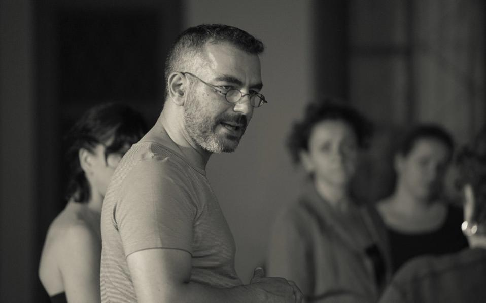 Ο Θεόδωρος Αμπαζής θα φροντίσει και τη σκηνοθεσία του Χορού, σε συντονισμό με τον Λιθουανό σκηνοθέτη Ρ. Τούμινας.