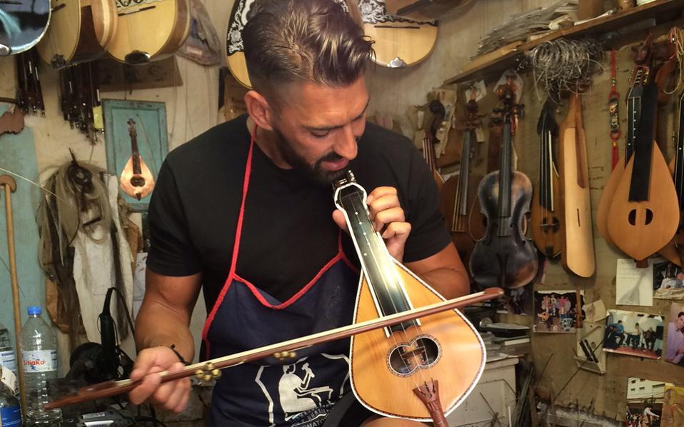 Ο Νικόλας Παπαλεξάκης στο μαγαζί του στο Ρέθυμνο. Εμαθε όλα τα μυστικά της κατασκευής μουσικών οργάνων από τον πατέρα του, επίσης γνωστό τεχνίτη. Μας αποχαιρέτησε με ένα τραγούδι και κέρασμα.