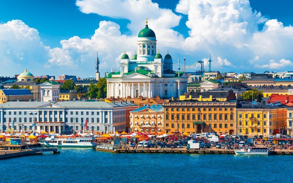 Η Kauppatori, δημοφιλής αγορά και κορυφαία τουριστική ατραξιόν στην πόλη. Στο βάθος, ο Καθεδρικός Ναός. (Φωτογραφία: Shutterstock)